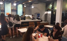 Các cửa hàng kinh doanh ăn uống khu trung tâm nhộn nhịp trở lại