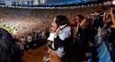 Rihanna phấn khích vạch áo khoe ngực trên khán đài World Cup