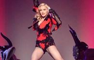 """U.50 Madonna diện jumpsuit ngắn cũn, """"đốt cháy"""" sân khấu Grammy"""