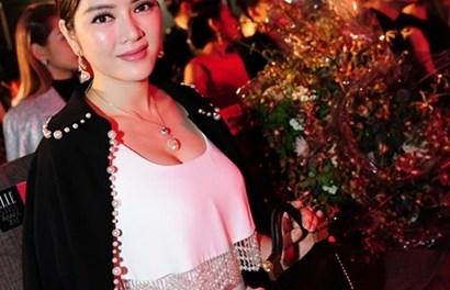 Lý Nhã Kỳ rạng rỡ đi nhận giải Nữ doanh nhân phong cách của năm