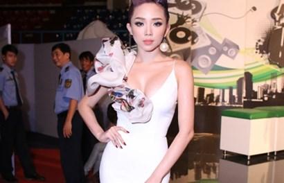 Tóc Tiên diện váy xẻ sâu gợi cảm đi nhận giải