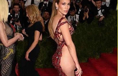 """Jennifer Lopez khoe da thịt triệt để trên thảm đỏ với mốt """"không nội y"""""""
