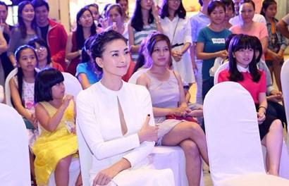 Ngô Thanh Vân diện váy cắt xẻ táo bạo khoe vòng một sexy đẹp hút hồn