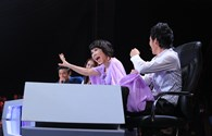 Việt Hương thích thú trổ tài đi catwalk cùng phi công trẻ