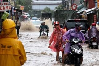 Người Hà Nội bì bõm trong 'biển nước' sau trận mưa lớn