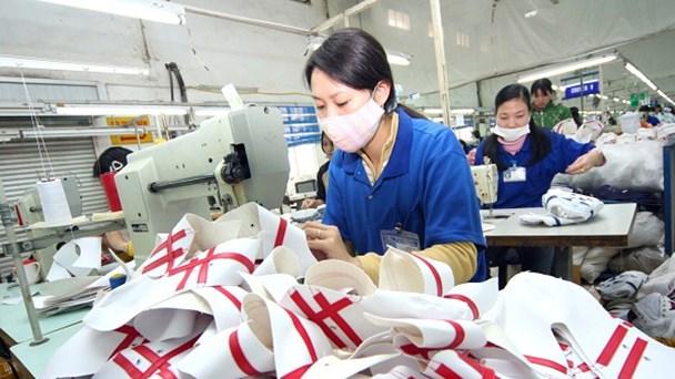 Công nhân may, da giày trong các doanh nghiệp ngoài quốc doanh mong chờ được tăng thu nhập khi tăng lương tối thiểu vùng từ 1.1.2016. Ảnh: KỲ ANH