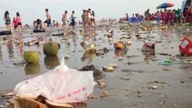 Rác ngập bãi biển do đâu?