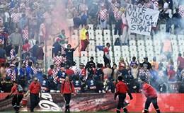 Cầu thủ Croatia suýt gặp họa vì cổ động viên ném pháo sáng xuống sân
