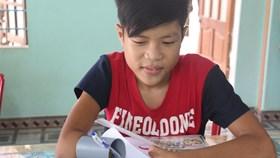 Cậu học trò nghèo vẽ ước mơ bằng ống nhựa