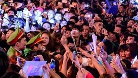 """Fan """"phát cuồng"""" khi Sơn Tùng biểu diễn hưởng ứng chiến dịch Giờ Trái đất"""