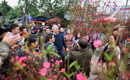 Chùm ảnh: Đại sứ Mỹ thả cá chép, thăm chợ hoa trước ngày ông Táo về trời