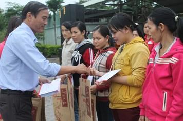Hơn 200 suất quà ấm lòng công nhân KCN Điện Nam - Điện Ngọc