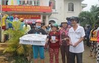 Hướng đạo Việt Nam và Quỹ Tấm Lòng Vàng Lao Động: Trao 300 suất quà và gà giống đến người dân vùng lũ Phú Yên