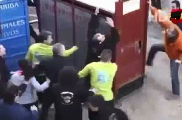 Video clip: Hú vía vì bò tót xổng chuồng lao thẳng vào đám đông