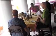 """Video: Chết cười với màn trộm cắp """"bá đạo"""" của khỉ"""