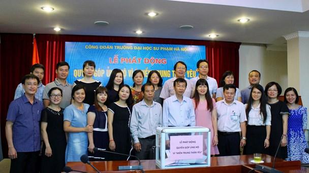 Cán bộ, nhà giáo, đoàn viên công đoàn Trường ĐHSP Hà Nội quyên góp ủng hộ giáo viên và học sinh miền Trung.