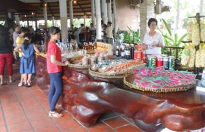 Chiếc bàn giá hơn 4 tỉ bằng gỗ Giáng Hương tại Tiền Giang