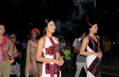 Hoa hậu Ngọc Hân, Kỳ Duyên rước tôn vinh nghệ nhân trên đường phố Huế