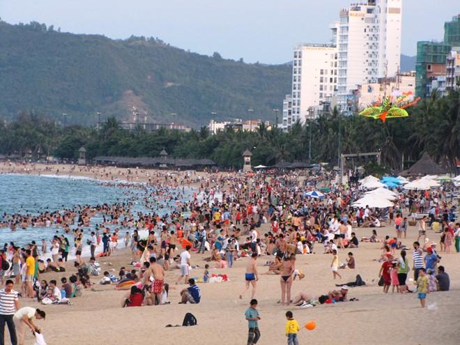 Du khách đổ ra bãi tắm dài hơn 3 cây số ở trung tâm TP biển Nha Trang. ảnh Thanh Thúy