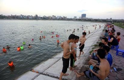 Dân Hà Nội biến hồ Linh Đàm thành bể bơi miễn phí