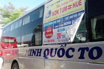 Kon Tum: Xe khách bị ném đá, một cháu bé bị thương
