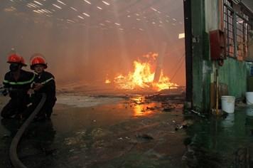 Bình Dương: Cháy nhà xưởng công ty gỗ, công nhân tháo chạy