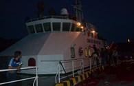 Tàu Cảnh sát biển đưa 15 ngư dân Lý Sơn gặp nạn về đất liền