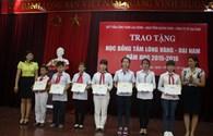 Quỹ Tấm Lòng Vàng Lao Động trao học bổng cho học sinh tỉnh Quảng Ninh