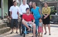 Quỹ Tấm lòng vàng Lao Động trao xe lăn cho người lao động bị tai nạn