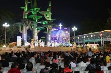 Quảng Trị: Nhà thờ La Vang nườm nượp nam thanh nữ tú đi chơi Noel