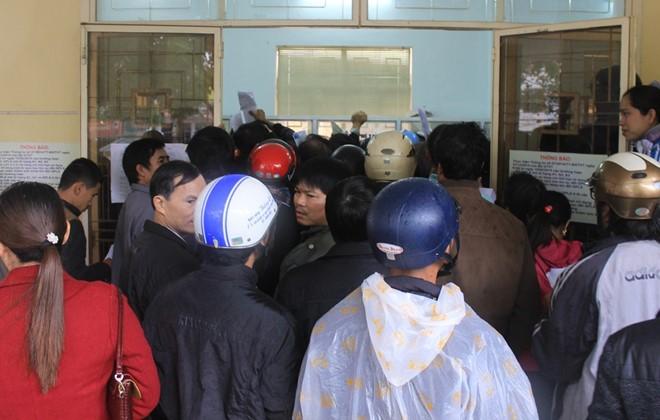 Người dân chen lấn để làm thủ tục cấp đổi GPLX. Ảnh: Hưng Thơ.