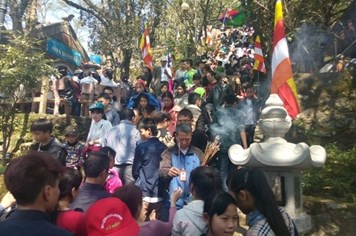 Bất chấp nắng nóng, hàng ngàn người vẫn đổ về hành hương ở chùa Hương Tích