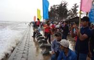 Hàng vạn du khách đổ về Trà Vinh tắm biển, viếng Thiền Viện Trúc Lâm
