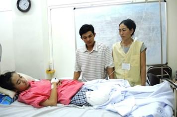 Cô bé bị cưa chân do bác sĩ tắc trách đang suy sụp tinh thần