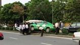 """Nghệ An: Taxi mất lái, """"làm xiếc"""" ngồi lên dải phân cách"""
