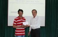 Đà Nẵng: Trao tiền hỗ trợ ngư dân bị tàu lạ phá nát ngư lưới cụ