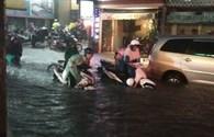 TPHCM: Hàng ngàn người kẹt dưới mưa lớn, đường thành sông