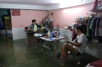 Chùm ảnh người Sài Gòn hì hục tát nước ngập vào nhà sau mưa lớn