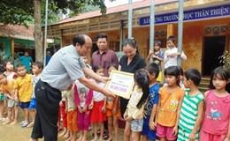 Phó Chủ tịch Tổng LĐLĐ VN trao quà hỗ trợ cho người dân vùng lũ Quảng Bình