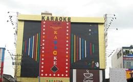 Nhiều biển quảng cáo karaoke siêu khủng