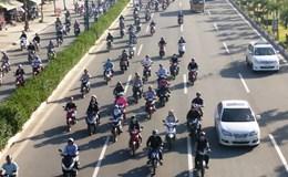 Xe máy chiếm làn ô tô trên đường Phạm Văn Đồng