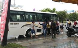 Bất chấp biển cấm, nhà xe vô tư dừng đón trả khách ở Sài Gòn