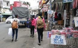 Vỉa hè TPHCM bị chiếm tràn lan, người đi bộ xuống lòng đường