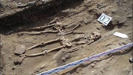 Rợn tóc gáy hài cốt cặp vợ chồng nắm tay 5.000 năm không rời