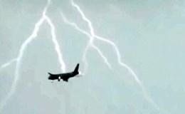 Kinh hoàng giây phút máy bay chở khách bị tia sét đánh trúng