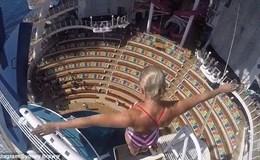 Đứng tim cú nhảy mạo hiểm từ nóc tàu du lịch xuống hồ bơi