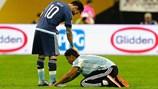 """""""Thánh"""" Messi được fan cuồng quỳ lạy ngay trên sân"""