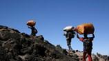 Đỉnh Kilimanjaro và những kiếp người gian khó