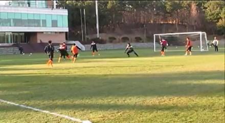Xuân Trường cứa lòng như... Messi, ghi bàn đấu tập đầu tiên trong màu áo Gangwon - ảnh 1