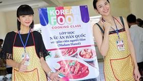 Siêu mẫu Phan Hà Phương học nấu ăn cùng 'bà trùm chân dài' Hạ Vy
